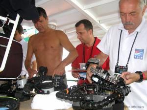 Deelnemers wisselen van lens onder toeziend oog van wedstrijdcommissaris - WK 2011 Bodrum