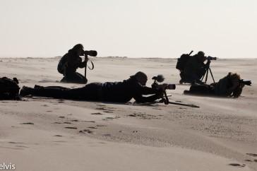 Natuurfotografen op het strand van Helgoland; Wildlife photographers at the beach of Helgoland.