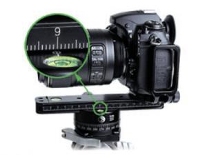 Zijaanzicht van een opstelling met panoramabeugel waarbij de camera wordt gedraaid rond het 'no-parallax point' van het objectief.