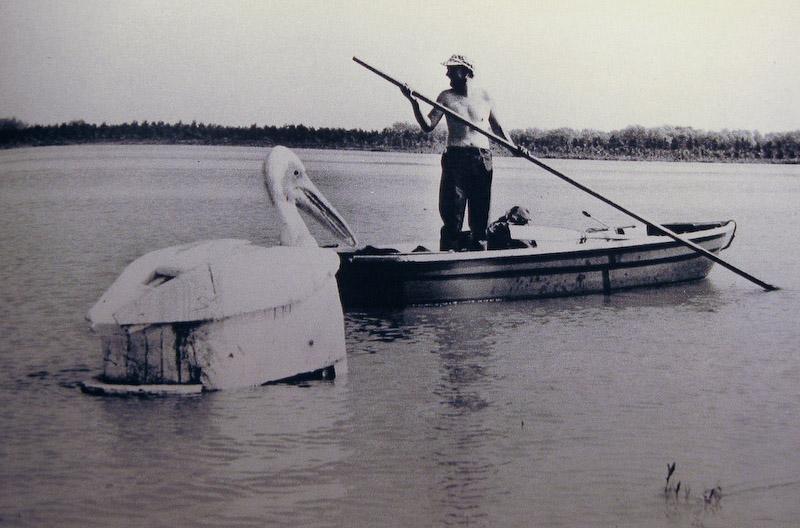 Het idee voor een drijvende fotohut is niet nieuw, dit bijzondere model was speciaal ontworpen om pelikanen te fotograferen in de Donau-delta.