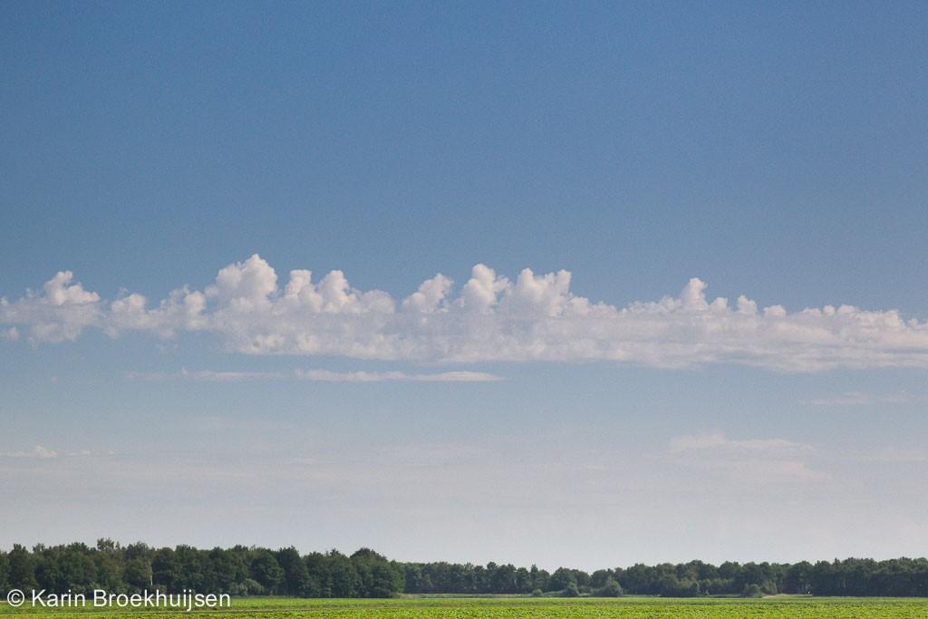 lage, enigszins gestapelde wolken met een bovenzijde die lijkt op kantelen of torens, meestal wijzend op chaotische windrichting