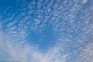 Een hartvormig gat in de altocumulus wolken.
