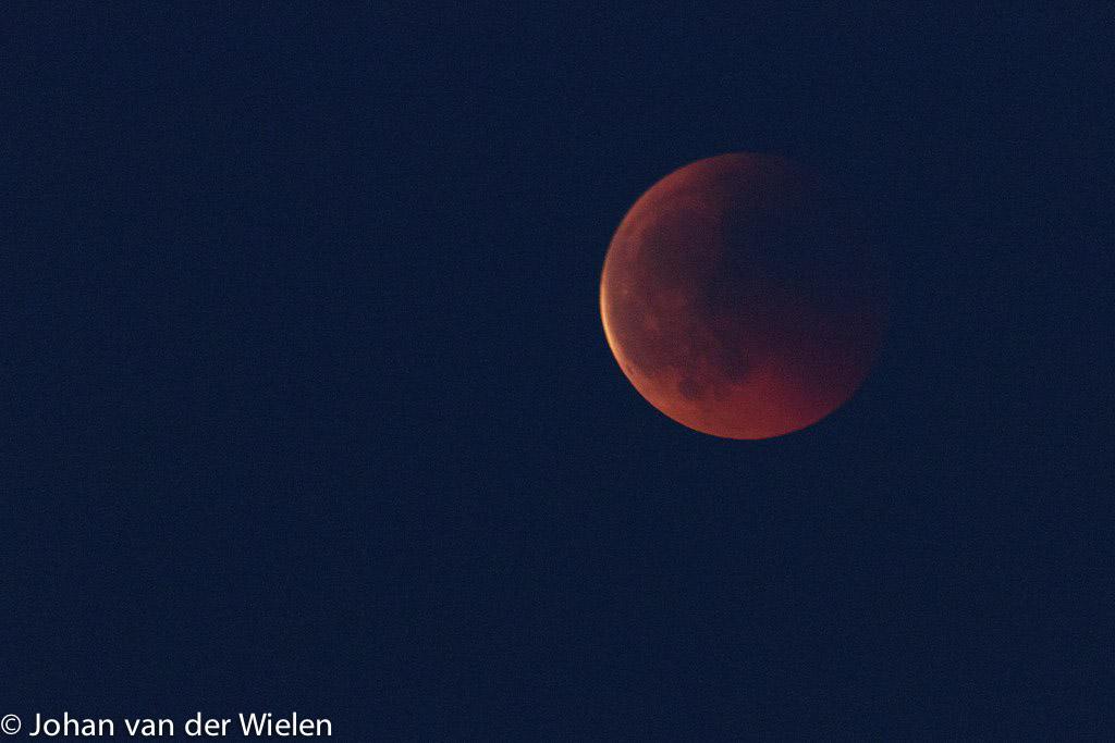 Wanneer de maan volledig verduistert is zie je een prachtige rode maan.