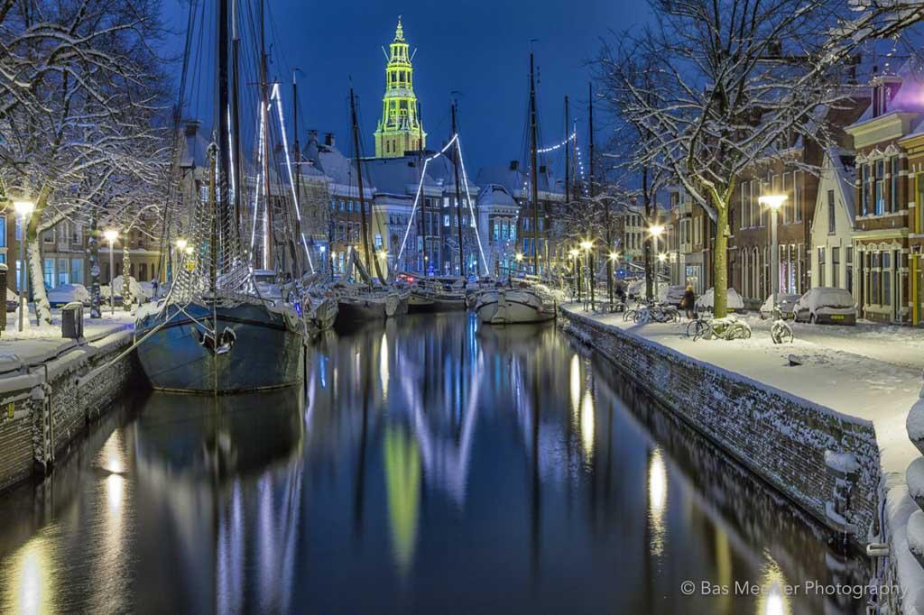 Sneeuw bij Winter Welvaart bij de Hoge der A in de stad Groningen.