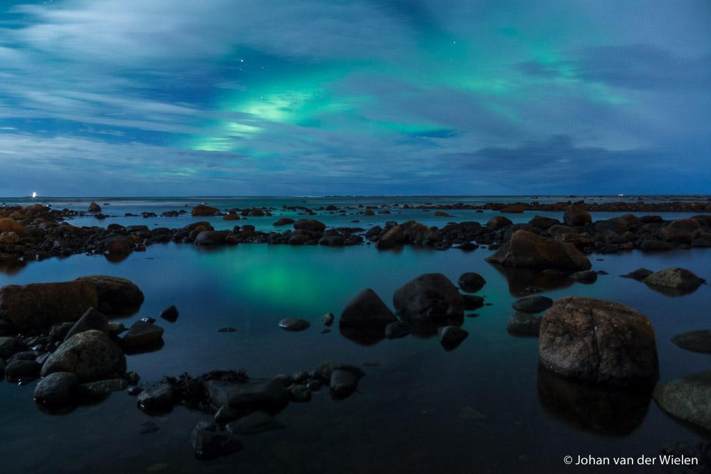 Noorderlicht boven verstilde oceaan, Vesterålen Noorwegen - de werkelijkheid? Stormwachtige wind met chillfactor -20, 5 minuten na deze foto valt door omstandigheden mijn statief met resultaat groothoeklens total loss. Dit was de laatste foto ermee gemaakt...