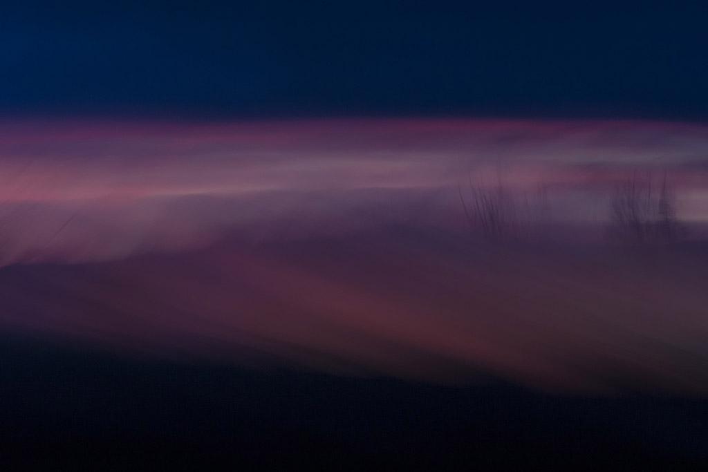 Een spectaculaire zonsondergang bij een klein riviertje in de provincie Utrecht creëerde een dromerige en mystieke sfeer