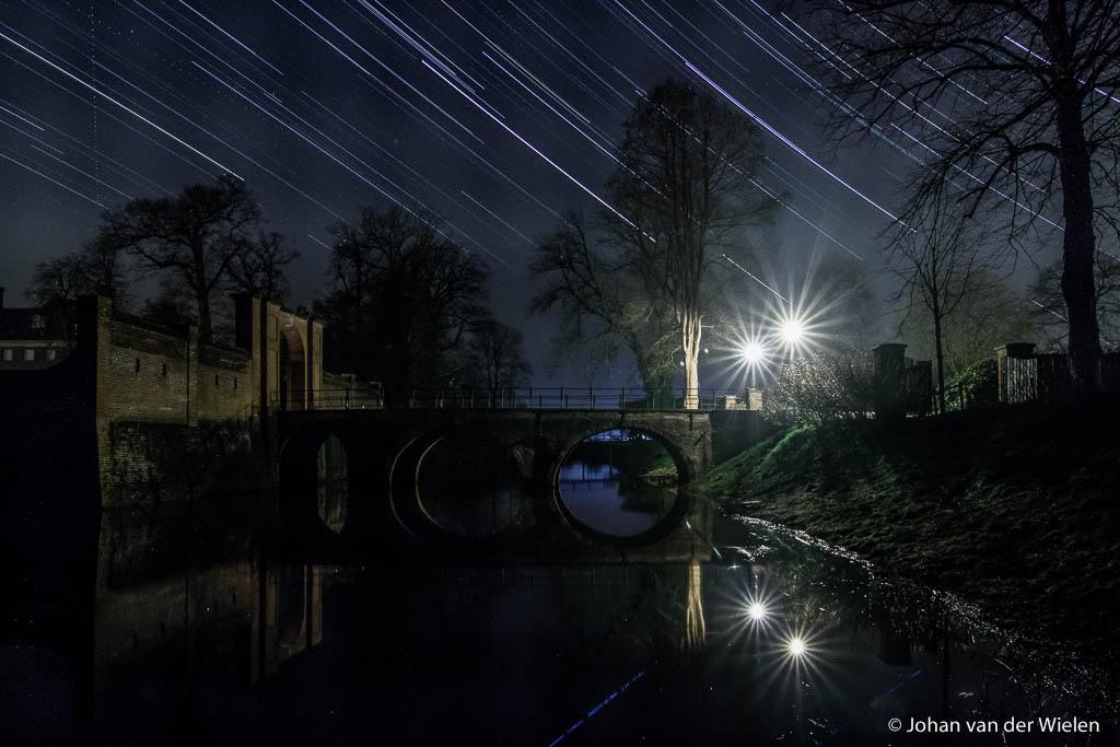 Zelfs in zwak verlichte gebieden zijn nog sterren te zien, hier Kasteel Amerongen.
