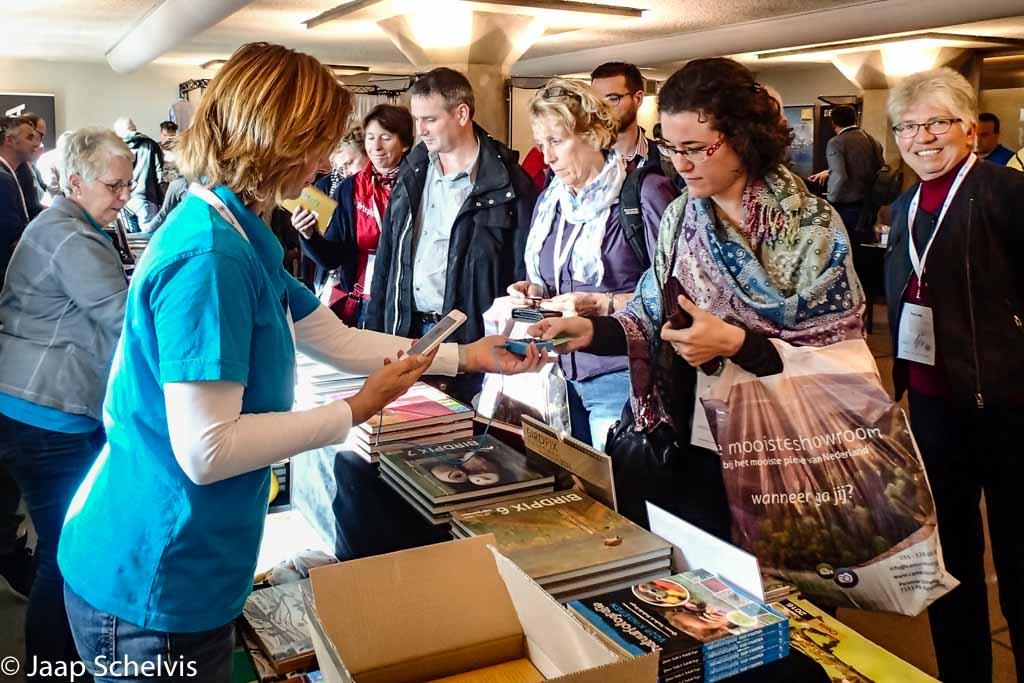 Drukte op de beurs, vooral bij de boekenstand na de presentatie van het praktijkboek reisfotografie.