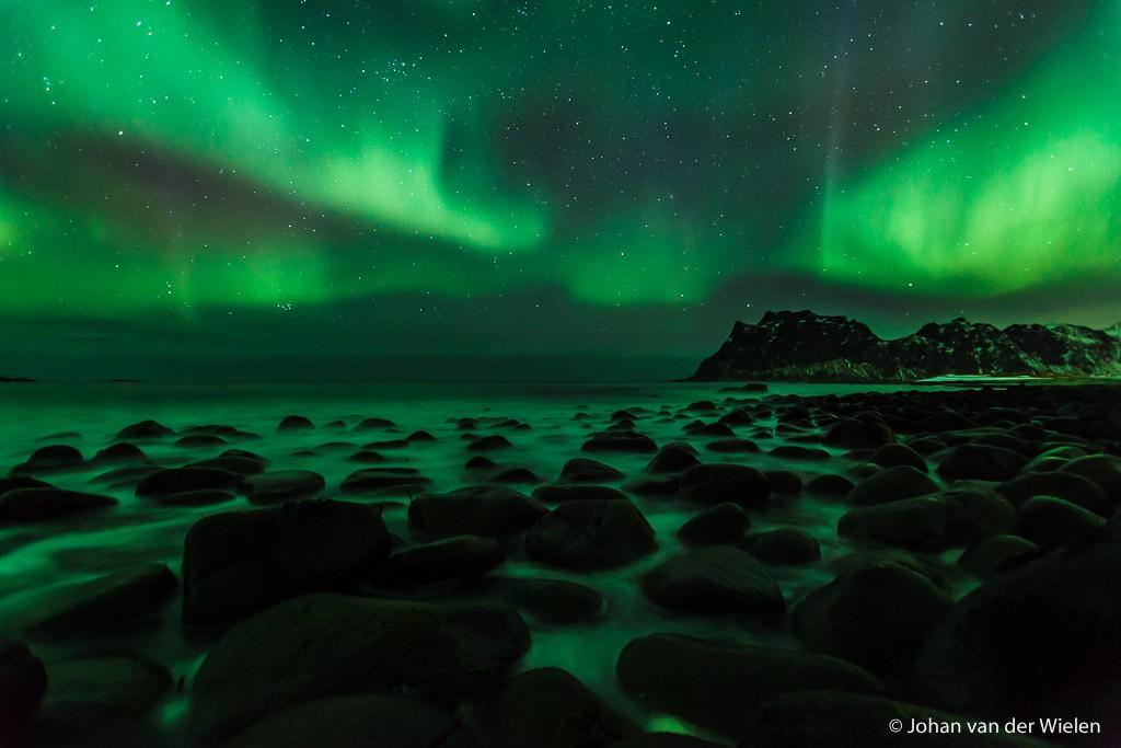 Groene reflectie in de zee. Lofoten, Noorwegen.