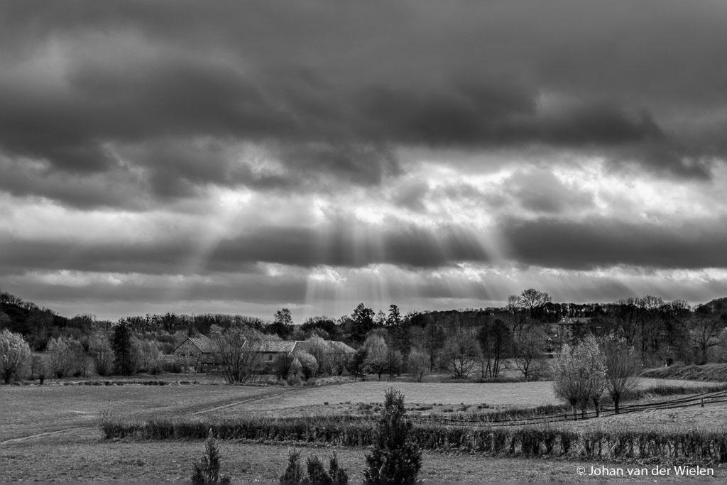 Foto zondagmorgen 10:30, de zon piept even door de dikke wolken. Ik zit duidelijk nog niet lekker in mijn vel, zelfs na exposure blending en z/w omzetting vind ik het nog steeds een mager resultaat