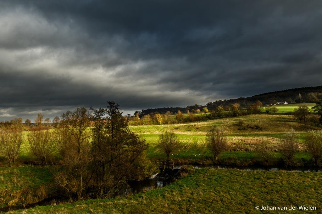 harde foto, de zon komt even van achter en beschijnt een deel van het landschap, donkere wolken pakken samen. Zo voel ik mij nu ook. Zondagmorgen 11:09