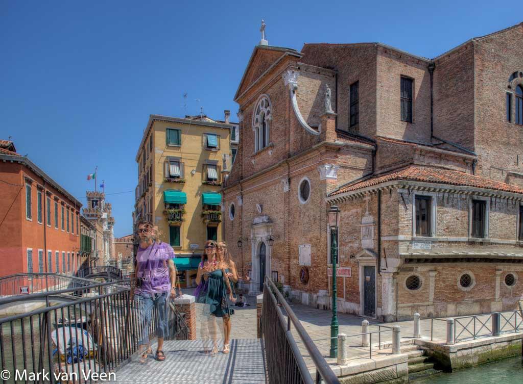 Beweging in de 3 foto's voor HDR zorgt voor ghosting. De kerk en de boten staan prachtig still, de mensen liepen en staan op elke foto op een andere plek