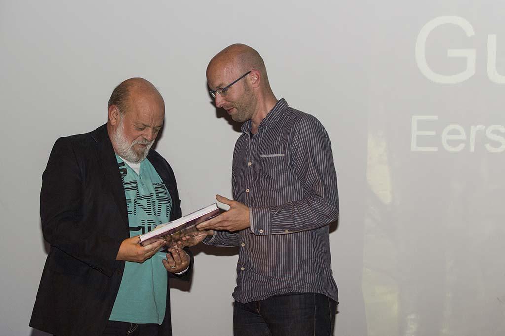 Guus Urlings, natuurjournalist van Dagblad De Limburger, nam het eerste exemplaar in ontvangst.