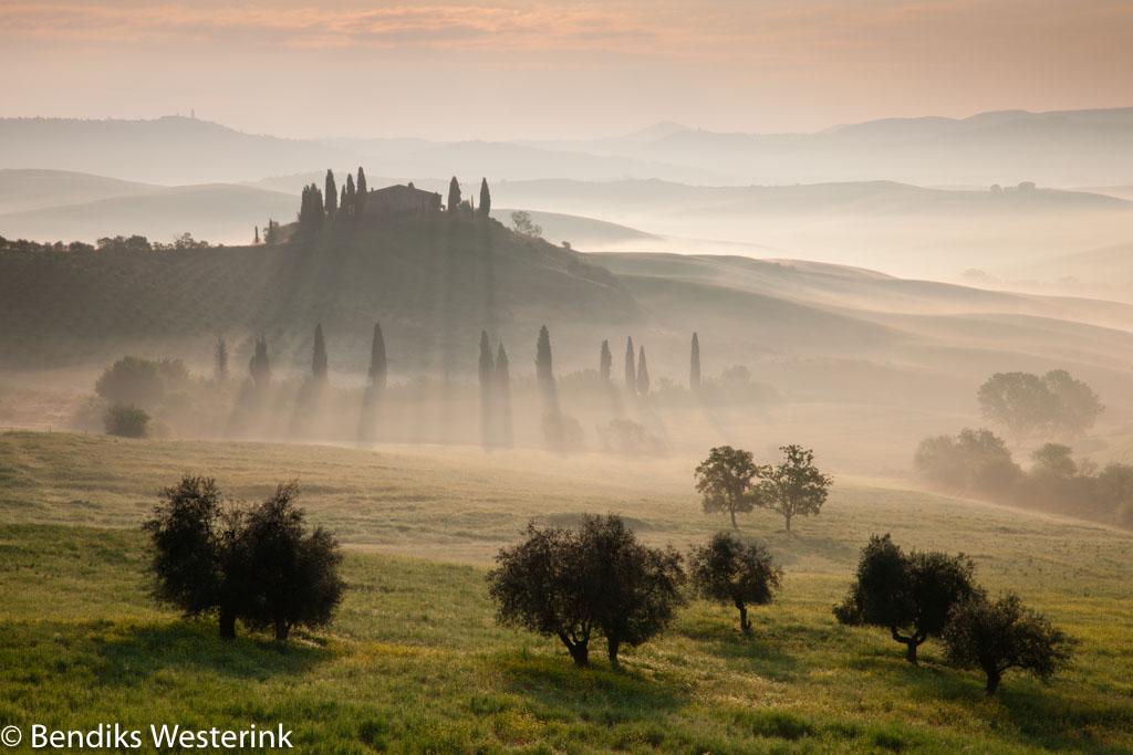 Hoewel dit een cultuurlandschap betreft heeft de fotograaf vooral de natuurlijke elementen als de mist, de bomen en de herhaling van de heuvels in de ach- tergrond het beeld laten bepalen. Hierdoor ontstaat een arcadische, natuurlijke sfeer die je misschien niet allereerst associeert met een cultuurlandschap.