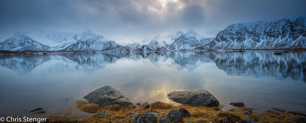 Fjord op de Lofoten in de winter. Panorama van 2 gestitchte liggende opnames gemaakt met de shift functie vanaf statief.