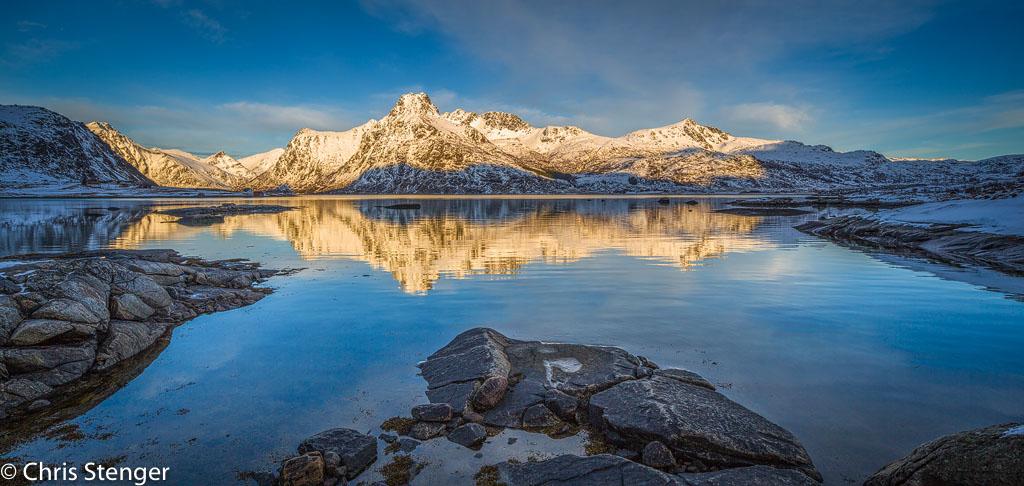 Fjord op de Lofoten in de winter. Hier moest ik snel werken want de zon verdween snel van de bergen op de achtergrond en dus biedt het gebruik van de shift functie grote voordelen in vergelijking met het werken met een panorama opstelling.  Panorama van 2 gestitchte liggende opnames gemaakt met de shift functie vanaf statief.