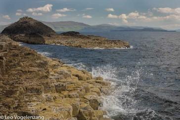 Staffa met het eiland Mull op de achtergrond.