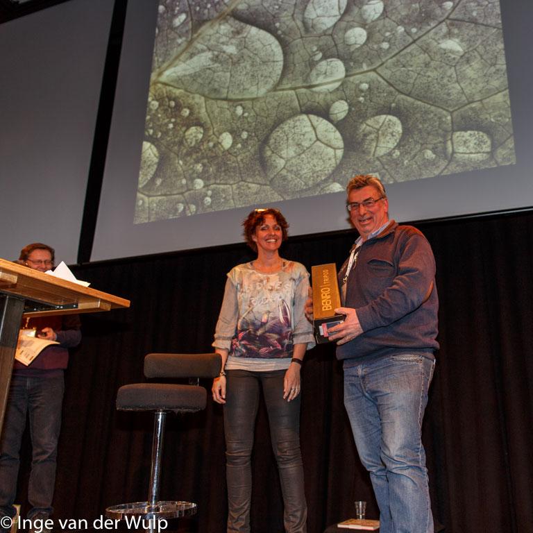 Johan van Gurp met zijn eerste prijs voor de foto waarmee hij die won.
