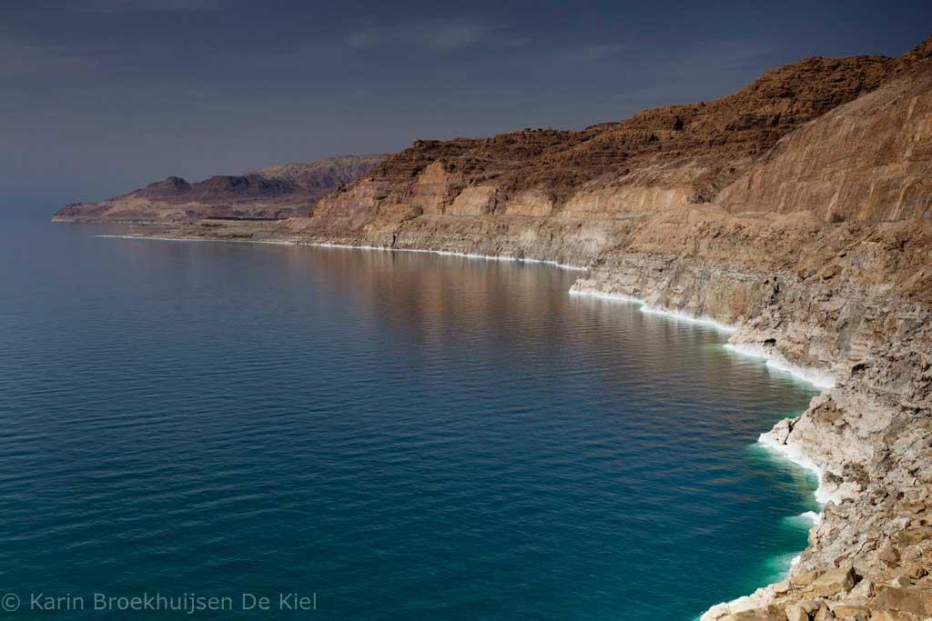 Aan de zoutafzetting op de rotsen is duidelijk te zien dat de zeespiegel zakt.