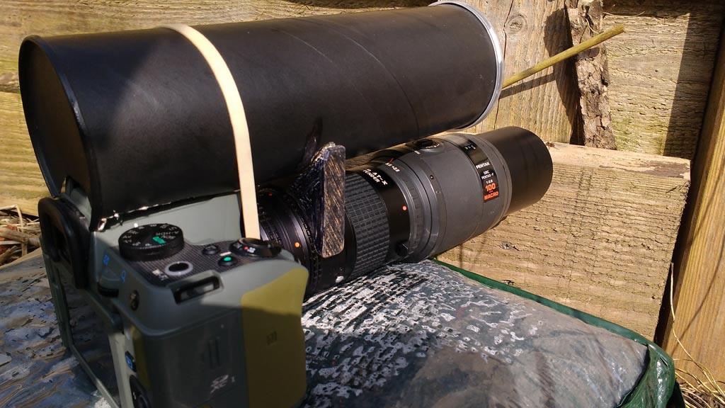 Heel veel apparatuur voor een heel klein spinnetje. Als je goed kijkt zie je haar zitten voor de lens.