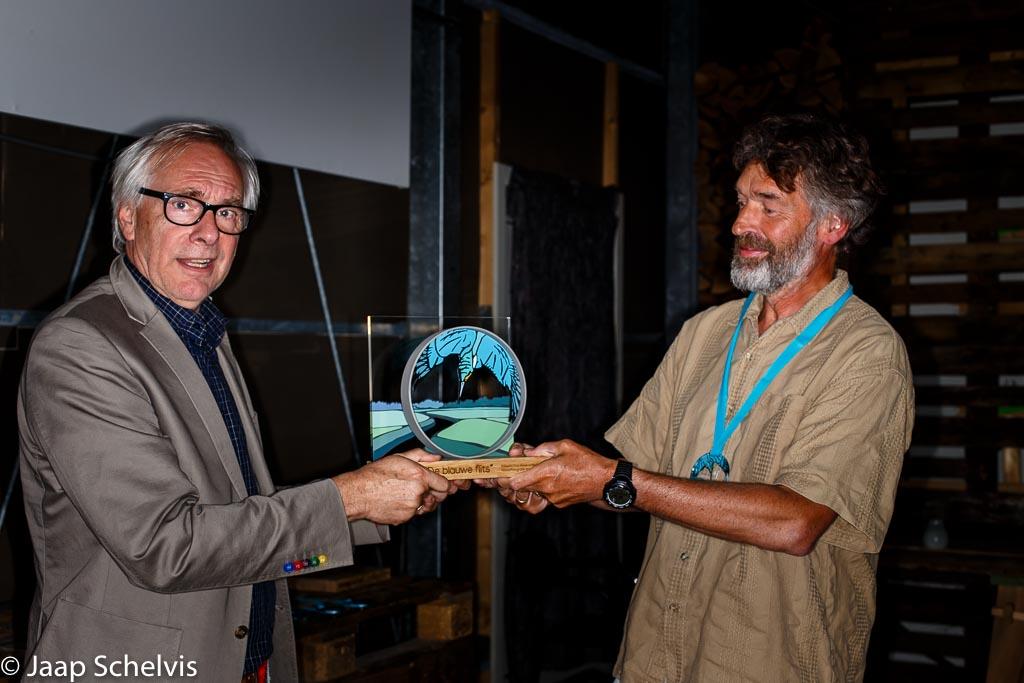 Ad Witte neemt de wisseltrofee 'De blauwe flits' in ontvangst in de categorie amateurs.
