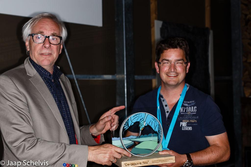 Floris Slooff neemt de wisseltrofee 'De blauwe flits' in ontvangst in de categorie professionals.