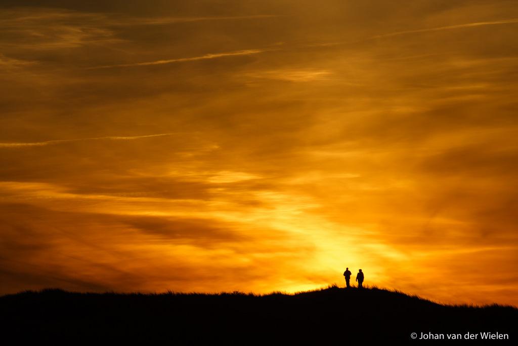 22 mrt 2006, kleur van de zonsondergang met - geluk! - twee mensen op het duintop, Ameland