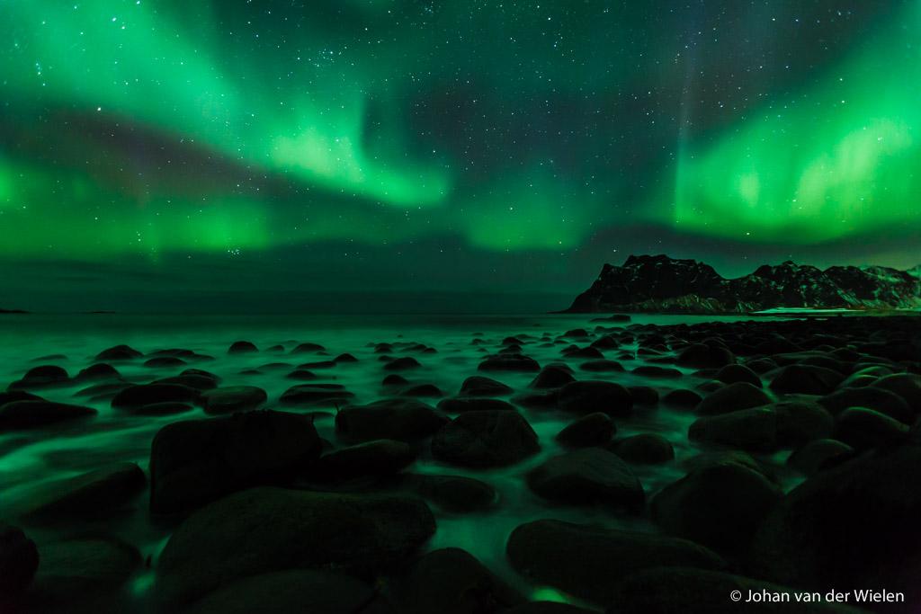 26 mrt 2014, groene oceaan. Noorderlicht welke zich - geluk! - perfect rond de berg vouwt.