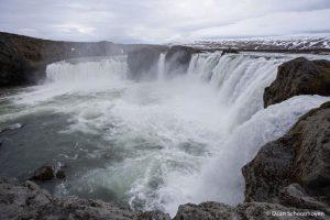 Goðafoss waterval IJsland: 1/100 sec. sluitertijd.