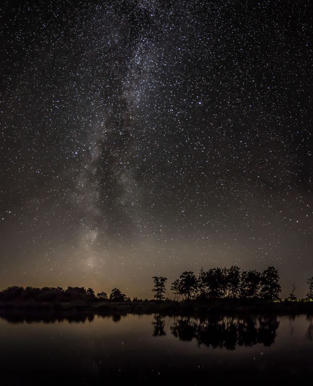 Melkweg boven een petgat net buiten Lutjegast.
