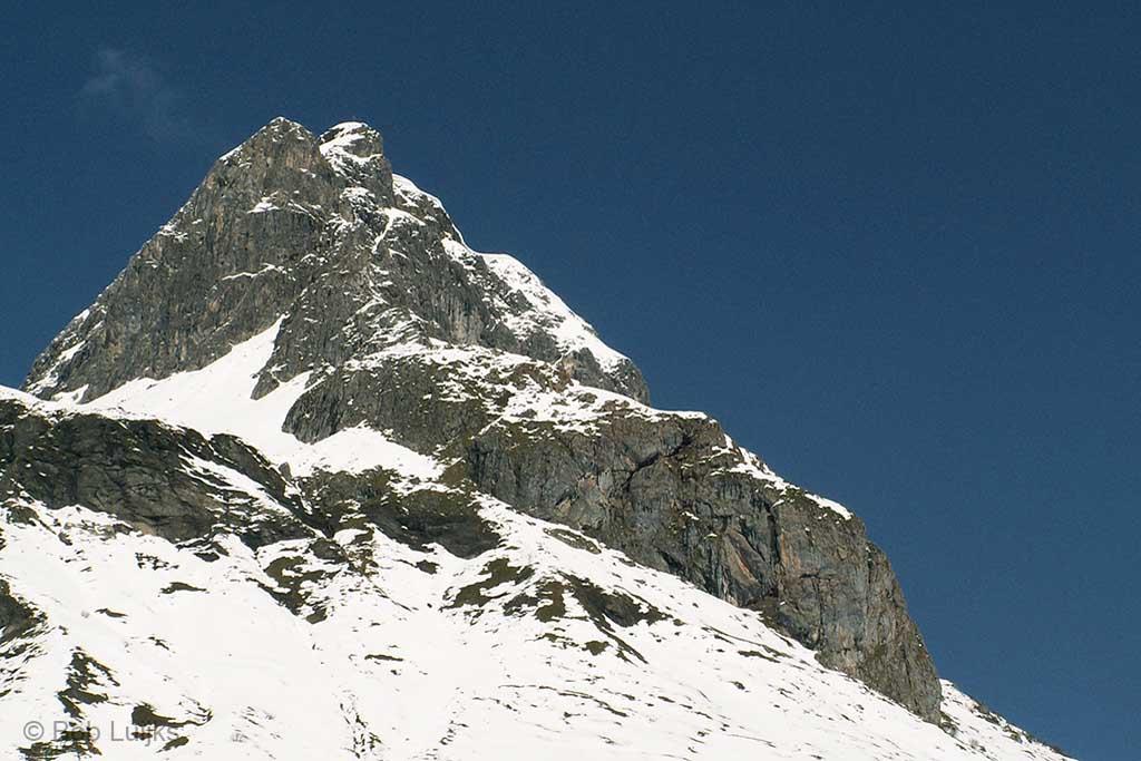 Een donkere blauwe lucht hoog in de bergen.