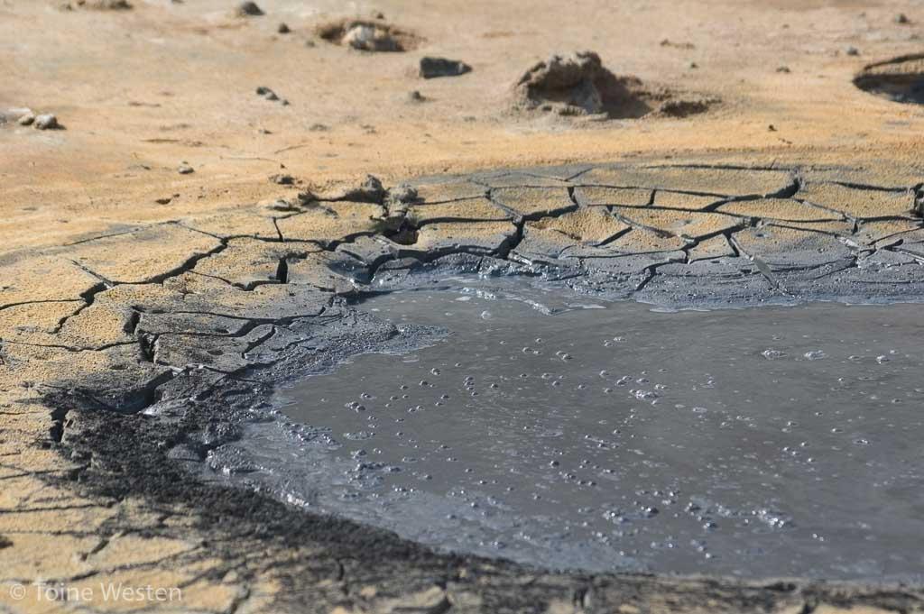 Een borrelende modderpoel.