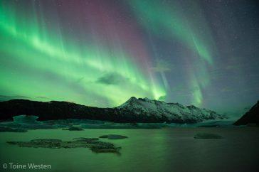Noorderlicht boven een gletsjermeer.