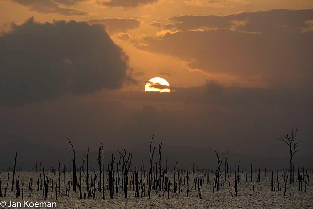 Zonsopkomst boven Brokopondo stuwmeer Suriname