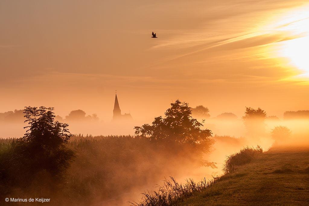 Kerkje in de mist