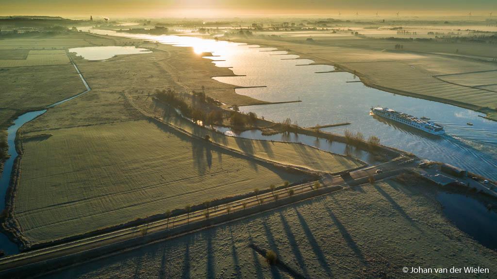 dinsdag 29-11, 9:04: inmiddels de 2e accu. De zon staat nu hoger en kan ik net buiten beeld laten, de lange schaduwen geven nog wel het mooie lage licht weer. De boot is een bedankje