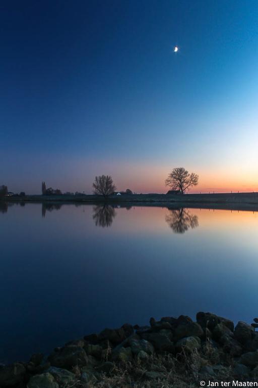 Deze foto heb ik genomen vlak na zonsondergang op een heldere koude dag. Mijn vraag is hoe ik de foto/ compositie kan verbeteren voor een volgende keer. De foto is genomen met een Canon Eos 500d met de 18-55mm kitlens. Ik heb bij deze foto gebruik gemaakt van een polarisatiefilter. Gegevens foto: ISO 100, 18mm, f22, 30sec