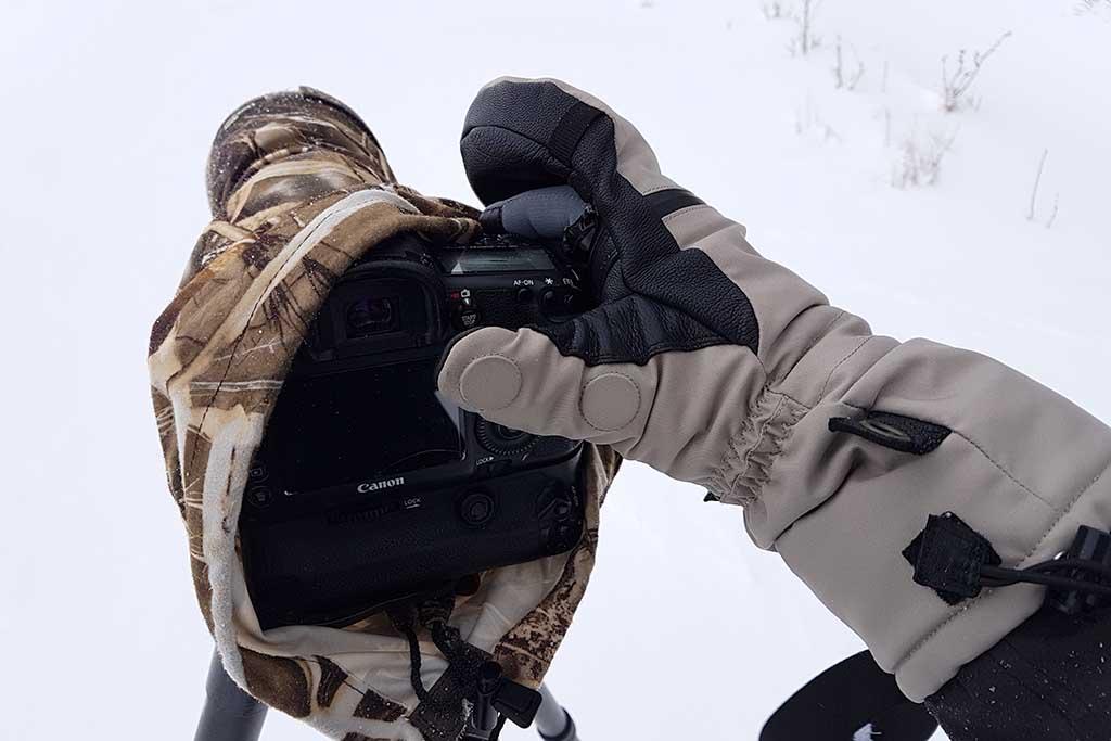 Even een iets fijnere bediening nodig, dan haal je je beschermde vingers eenvoudig via de rits tevoorschijn om ze daarna weer snel weg te kunnen stoppen.
