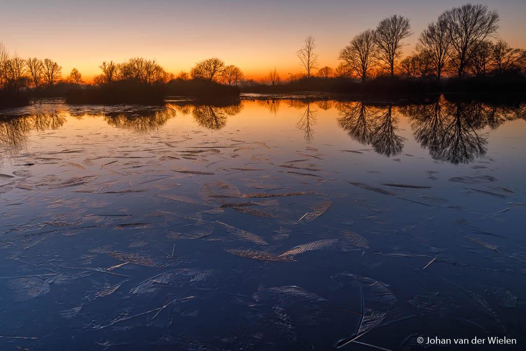 aangroeiend ijs tijdens zonsondergang... echt winter
