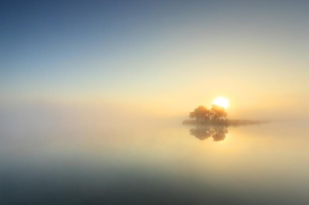 Een eiland in de mist, tijdens een zonsopkomst boven het Wasven op de Strabrechtse Heide