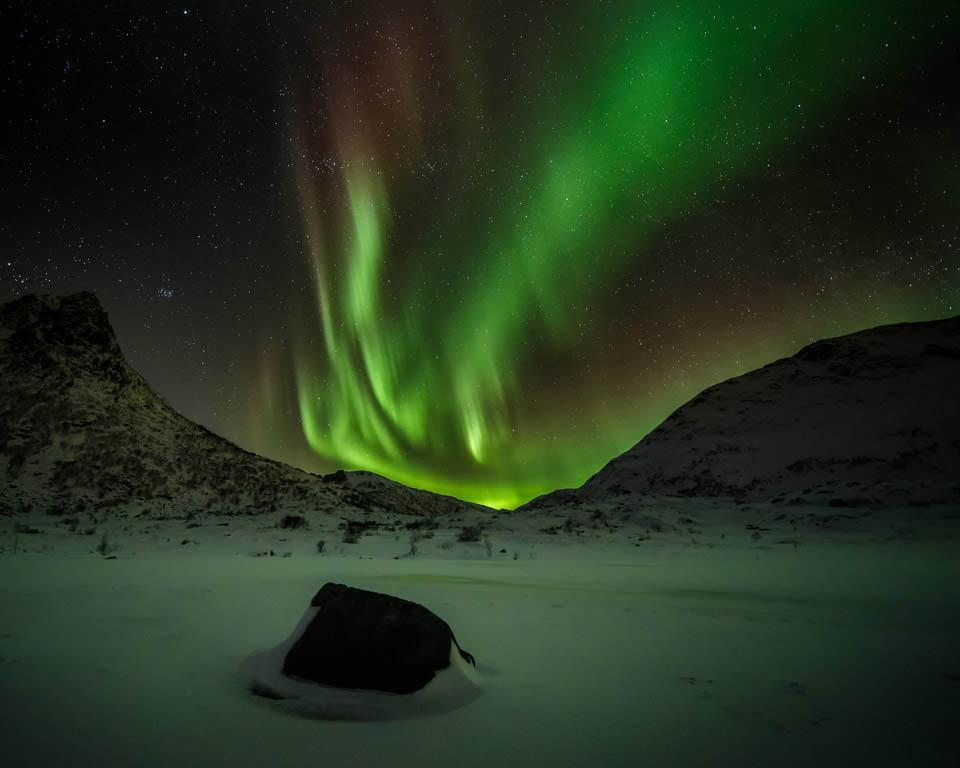 Het bijzondere noorderlicht, dansende gordijnen in spookachtig groen boven het Nedredal op Lofoten.